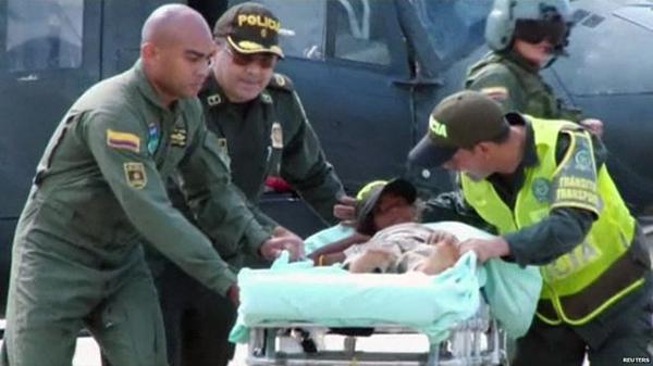 Bé Jessica Patricia Arias được đẩy trên xe cứu thương sau khi được tìm thấy. Ảnh: Reuters