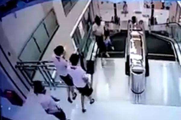 Ảnh cắt từ video hiện trường vụ tai nạn thang máy thương tâm.