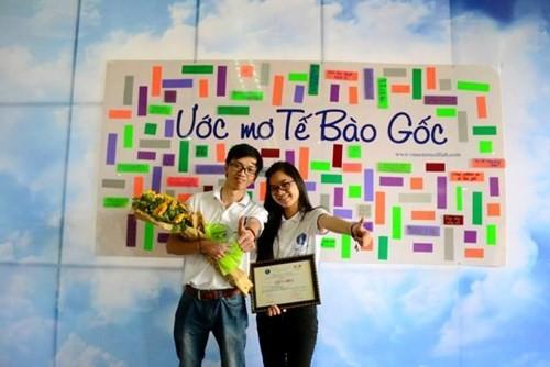 Trương Linh Huyền chụp ảnh với bạn sau khi nhận giải thưởng nghiên cứu khoa học.