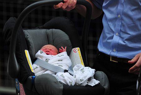 Em bé nằm trong nôi và được thắt dây an toàn.