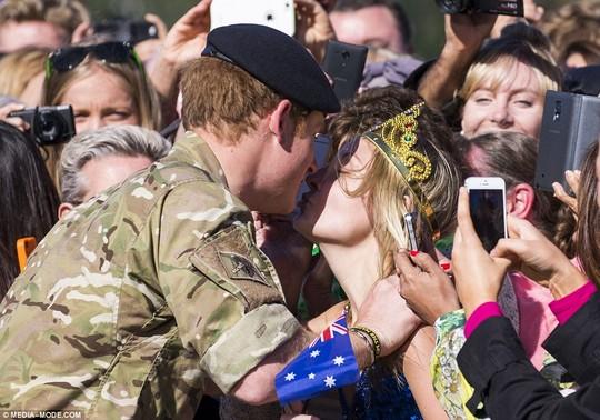 ...McRae chớp thời cơ hôn môi... Ảnh: Media-Mode