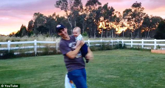 Phi thường bé 4 tháng tuổi đứng thăng bằng trên tay bố