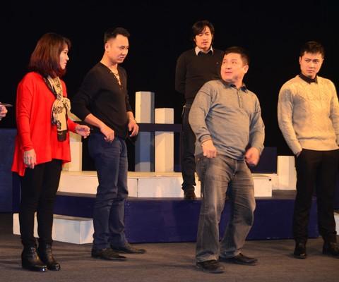 Chí Trung cùng các diễn viên Nhà hát Tuổi trẻ đang tập vở Táo hóng đón xuân (Ảnh: T.Lê)