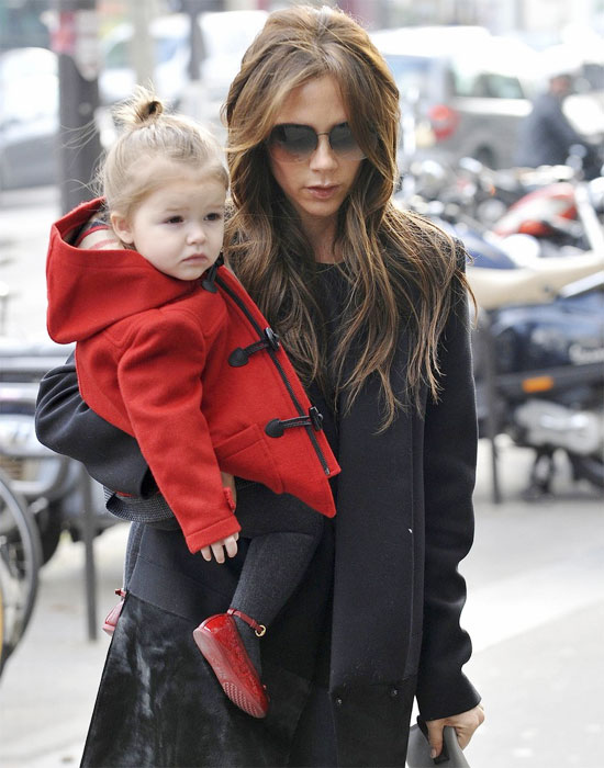 Giống như nhiều bé gái khác, Harper cũng có hứng thú thử những đôi giày cao gót của mẹ.