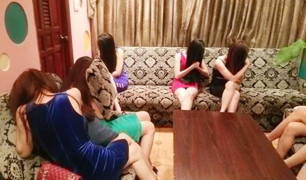 Phát hiện đoàn kiểm tra, các cô gái tuổi đôi mươi mặc váy áo được cho là hở hang, khiêu dâm nháo nhào lao ra cửa nhưng bị giữ lại. Chủ nhà hàng không xuất trình được giấy phép karaoke, nhiều chai rượu ngoại đang kinh doanh nhưng không chứng minh được nguồn gốc.