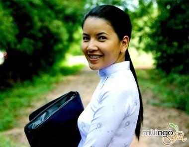 """Đảm nhận vai Vy là diễn viên kịch Ngọc Trinh. """"Vy là một cô gái chịu nhiều đau khổ trong cuộc sống và tình yêu. Tôi thích nhất ở Vy là sự mạnh mẽ, kiên cường nhưng ẩn sâu bên trong vẫn là cô gái yếu đuối và cần được yêu thương"""". Ngọc Trinh tâm sự về vai diễn. Sau Mùi ngò gai, năm 2012, nữ diễn viên tiếp tục tham gia phim truyền hình Chào tình yêu, được xem là phiên bản Việt của bộ phim Hàn Quốc Tôi là Kim Sam Soon. Song song với công việc đóng phim, cô vẫn gắn bó với sân khấu kịch. Ngọc Trinh được xem là """"gương mặt không tuổi"""" của làng sân khấu TP.HCM, khi có thể vào các vai diễn đa dạng, từ em bé đến thiếu nữ, bà già."""