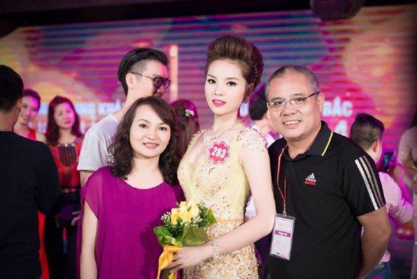 Hoa hậu Kỳ Duyên bên bố mẹ