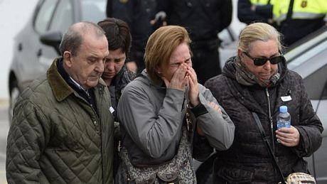 Người thân các hành khách an ủi nhau tại sân bay Barcelona.