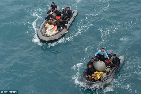 Lực lượng hải quân Indonesia trên đường chuẩn bị công việc trục vợt phần đuôi.