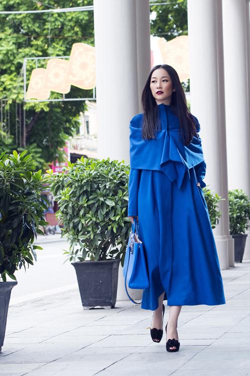Diễn viên múa Linh Nga nổi bật trên phố mùa đông với phong cách nhẹ nhàng, nữ tính và sang trọng.
