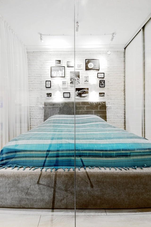 Phòng ngủ nhỏ nhưng không có cảm giác bí vì sử dụng những gam màu sáng