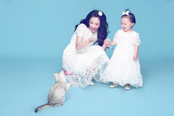 [CaptionDù chỉ mới hơn 2 tuổi nhưng bé Luna đã rất sành điệu và thời trang nhờ ảnh hưởng bởi gu ăn mặc từ mẹ.