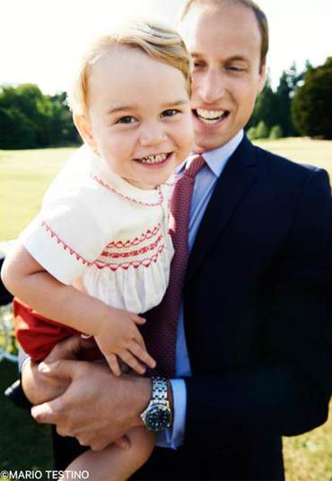 Hoàng tử bé George cười để lộ hàm răng sữa. Ảnh: Mario Testino