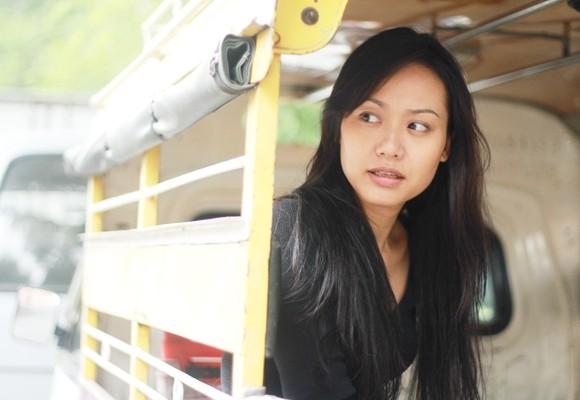 Vì lý do sức khỏe, Ngọc Trinh đã không theo hết chặng đường của Mùi ngò gai và diễn viên Hồng Ánh đã được chọn đảm nhận vai Vy trong phần 3. Về diễn xuất, Hồng Ánh được biết đến là một ngôi sao điện ảnh của Việt Nam. Những vai diễn của người đẹp sinh năm 1977 luôn khiến khán giả bất ngờ và có được thành công hơn cả mong đợi nhưĐời Cát, Trái tim bé bỏng, Thung lũng hoang vắng... Năm 2000, Hồng Ánh đoạt giải nữ diễn viên phụ xuất sắc nhất tại Liên hoan phim châu Á - Thái Bình Dương lần thứ 45 tổ chức tại Hà Nội. 8 năm sau, chị là diễn viên Việt Nam đầu tiên đạt giải Nữ diễn viên xuất sắc tại Liên hoan phim Quốc tế Dubai với bộ phim Trăng nơi đáy giếng của đạo diễn Nguyễn Vinh Sơn.