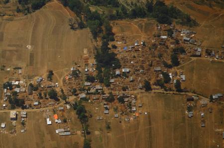 Các ngôi nhà ở huyện Sindhupalchowk bị thiệt hại nặng nề sau động đất. Ảnh: Reuters