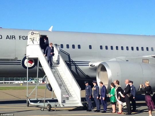 Thủ tướng New Zealand John Key và phu nhân cùng thị trưởng TP Wellington, Celia Wade-Brown, chào đón hoàng tử Harry tại sân bay. Ảnh: AAP