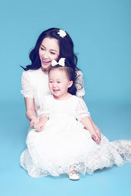 [Captionự hạnh phúc của gia đình Linh Nga được thể hiện trong những hình ảnh chụp bé Luna mà cô thường xuyên