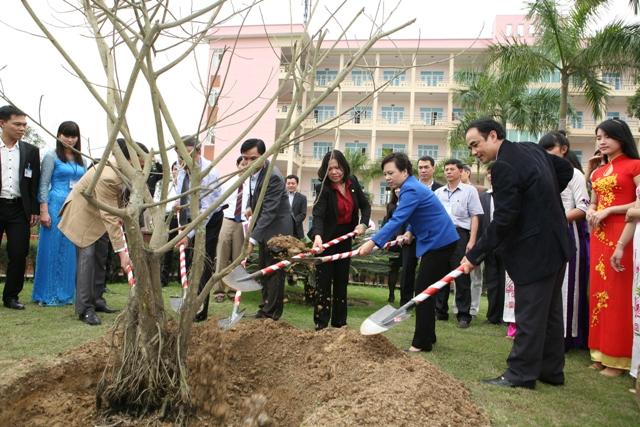 Bộ trưởng và đoàn công tác trồng cây lưu niệm