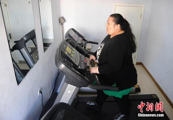 Liu chăm chỉ tập luyện trên máy tập chạy trong bệnh viện.