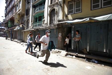 Anh: Nepal oan minh trong tran dong dat kep