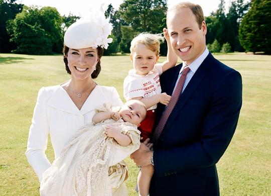 Gia đình Hoàng tử William và công nương Kate trong ngày lễ rửa tội con gái Charlotte. Ảnh:
