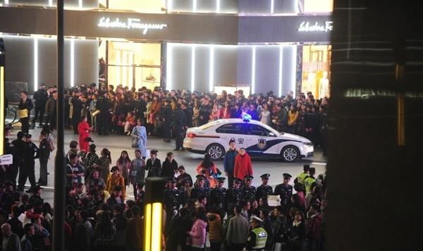 Khoảng 21 giờ, cảnh sát Thành Đô đã phải có mặt để giải quyết ùn tắc.