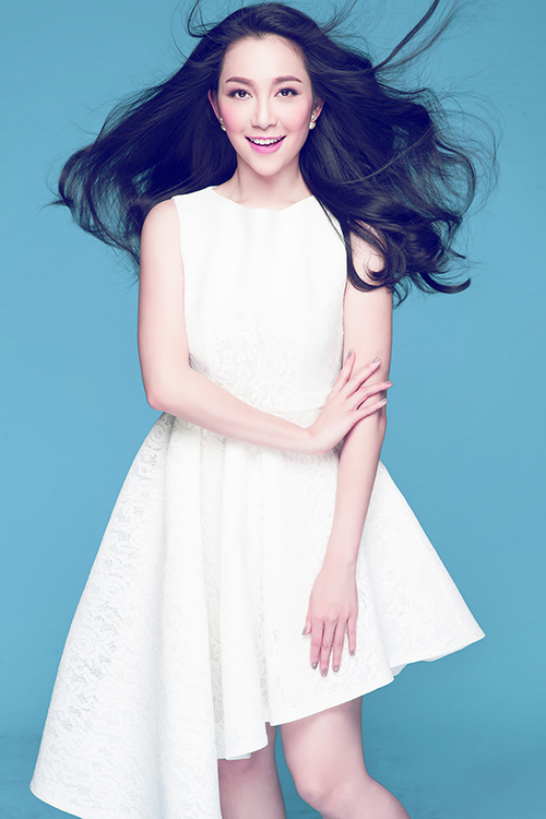 [CaptionBộ ảnh được thực hiện bởi nhiếp ảnh gia Milor Trần, stylist Mì Gói, make-up Vinh Trần và trang phục từ hai nhà thiết kế Trương Thanh Hải và Lâm Gia Khang.