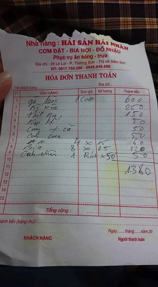 Hóa đơn có xuất xứ từ một quán ăn ở Sầm Sơn. Lãnh đạo địa phương này đã xác minh và khẳng định nội tình không phải là khách bị chặt chém.