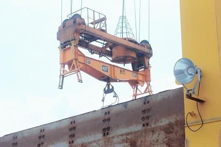 Cáp tàu hàng kết nối với giá trục cẩu bị đứt hất văng 2 người xuống boong tàu gây tử vong
