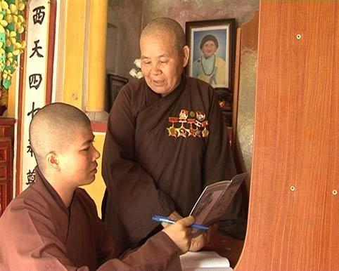 Sư thầy Thích Đàm Phương (đứng) đang trò chuyện với đệ tử về Phật pháp. Ảnh: TL