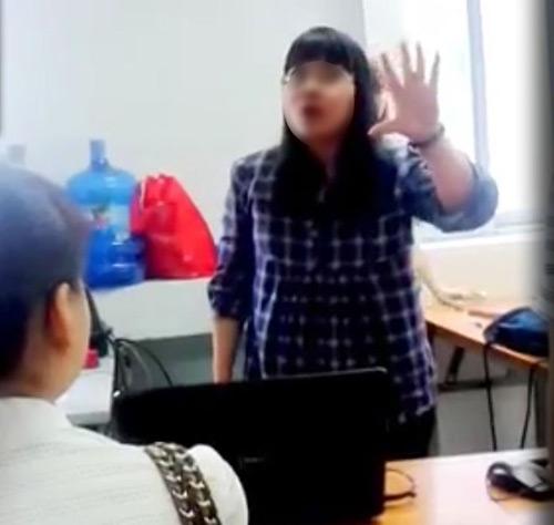 Cô giáo Lê Na - Trung tâm Anh ngữ Lena (Hà Nội) đã có những lời lẽ, cử chỉ thiếu chuẩn mực đối với các học viên (ảnh từ clip).