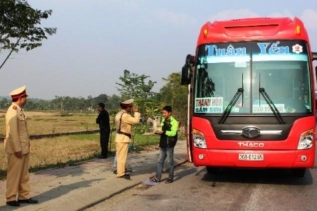 CSGT Trạm QL 1A kiểm tra, xử lý xe khách trên tuyến