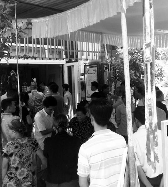 Người dân đến chia buồn với gia đình anh Nam.