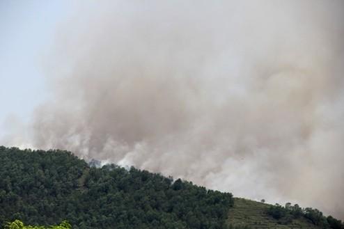 Đám cháy bùng phát dữ dội trên đỉnh núi Sơn Trang