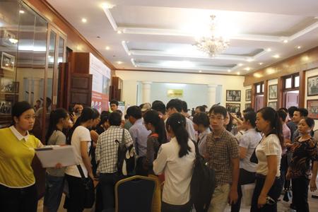 Bao vây bàn phát hồ sơ trong hội trường lớn.