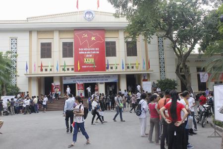 Từ sáng sớm đã có đông thí sinh và người nhà tới trường để làm thủ tục rút nộp hồ sơ xét tuyển.
