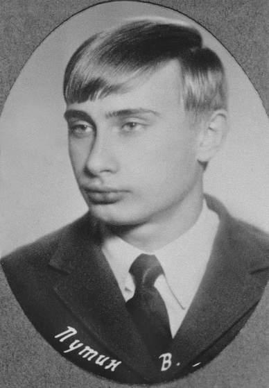 Thời tuổi trẻ ông Putin rất thích theo dõi các âm mưu trong các bộ phim trinh thám của Điện ảnh Xô viết do các diễn viên như Vyacheslav Vasilyevich Tikhonov và Georgiy Stepanovich Zhzhonov thủ vai. Ảnh ông Putin năm 1970