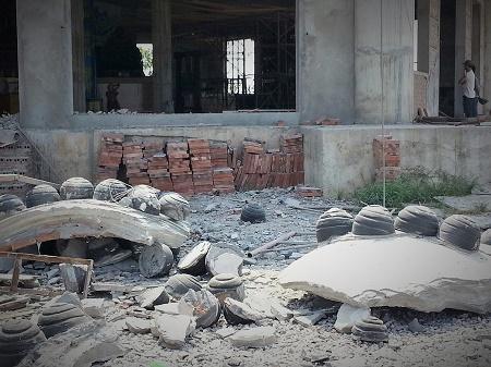 Nhuwgx mảng khối bê tông phù điêu rơi đầy sân chùa Sóc