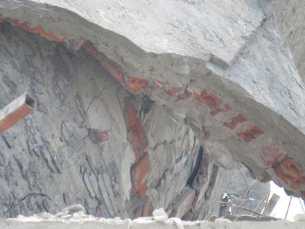 Cận cảnh phần cốt tượng được xây bằng sắt đũa và gạch đỏ. Ảnh: Tuấn Hợp.