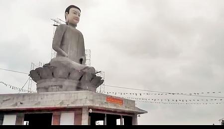 Bức tượng trong ngày cất dựng trên đài sen