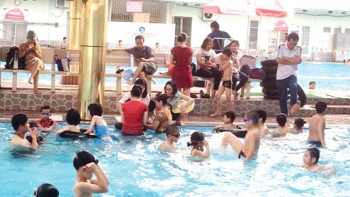Tình trạng quá tải cũng thấy ở bể bơi dành cho trẻ em tại phố Nguyễn Quý Đức, quận Thanh Xuân.Ảnh: H.Nguyên