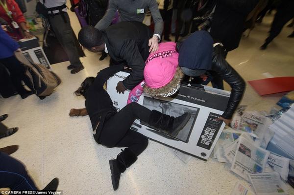 Cuộc chiến giành tivi giảm giá không hồi kết giữa hai người phụ nữ tại cửa hàng Asda ở Wembley, Anh. Tuy nhân viên bán hàng đã đưa sản phẩm cho người khác nhưng vị khách tiếp theo xuất hiện không chịu từ bỏ. Và sau đó, thêm 5 người tham gia vào cuộc chiến giành giật này. Ảnh: Telegraph.