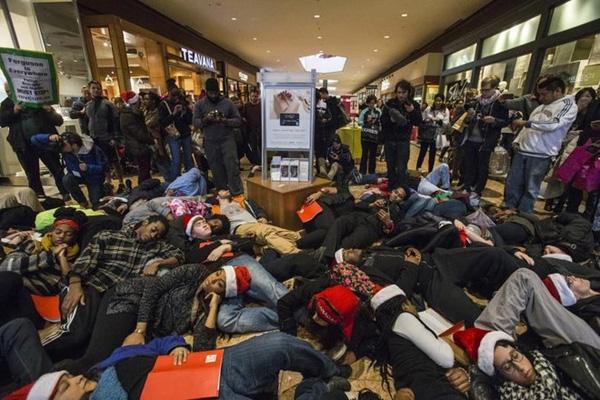Người Mỹ nằm ngủ bên ngoài cửa hàng chờ giờ mở cửa trong ngày Black Friday. Ảnh: Reuters.