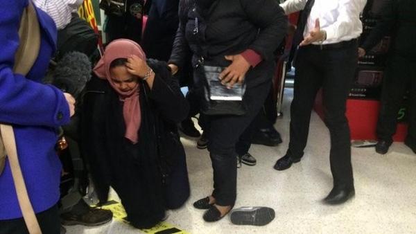 Người phụ nữ này đã bị thương khi cố gắng giành một món đồ trong ngày Black Friday 2014 tại Anh quốc. Ảnh: BBC.