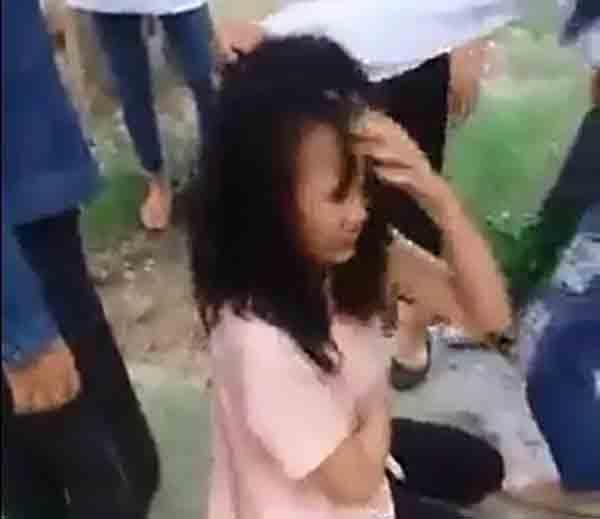 Nữ sinh bị nhóm bạn đánh đạp, xé áo,... Ảnh cắt từ clip