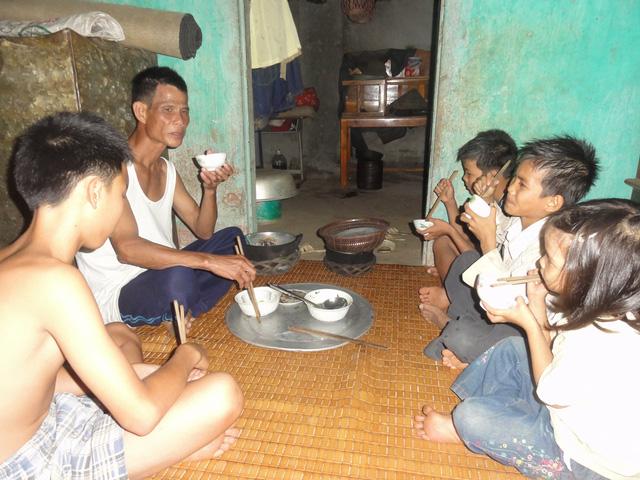 Ông Trịnh Văn Mền không dám ăn no vì sợ hết phần các con. Ảnh: ĐT