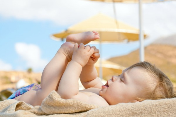 Theo các chuyên gia, nên cho trẻ tắm nắng để tăng cường hấp thụ vitamin D, chống bệnh còi xương. Ảnh minh họa.