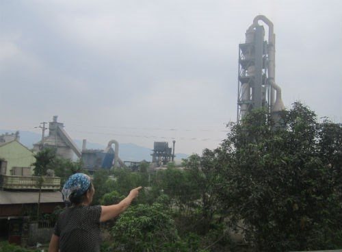 Người dân bức xúc trước tình trạng ô nhiễm do Nhà máy xi măng Đồng Bành gây ra. Ảnh: A.Bùi