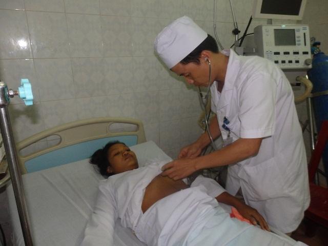 Bệnh nhân Màng Vàng (20 tuổi) tại huyện Sốp Bâu (Lào) đang điều trị tại Bệnh viện Đa khoa Mường Lát