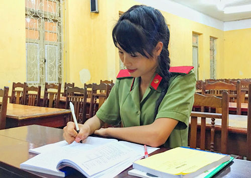 Hoàng Thị Sim đã chạm một tay vào ước mơ là trở thành sinh viên trường Học viện An ninh. Ảnh: L.S